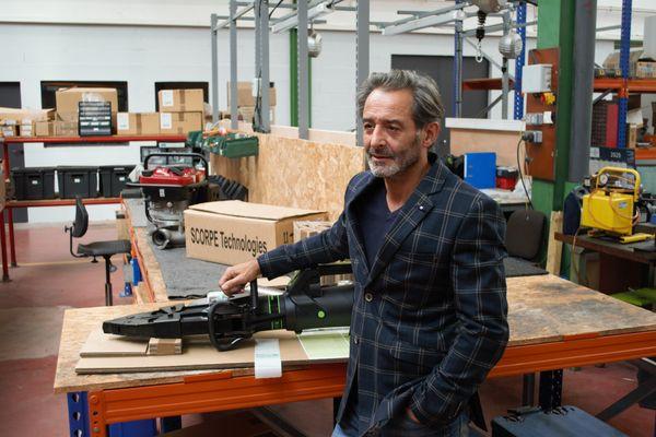 Sylvain Duménil, P.D.G. de Scorpe Technologies, avec un outil de désincarcération, un de ses produits phare.