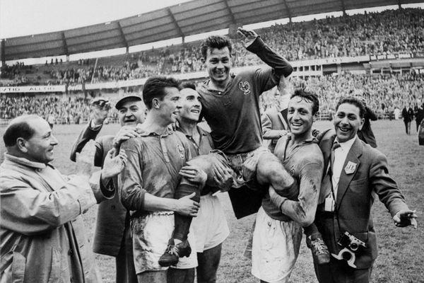 Yvon Douis (à gauche portant Just Fontaine) a participé à la fameuse épopée de la Coupe du Monde 1958, terminée par les Bleus à la 3e place.