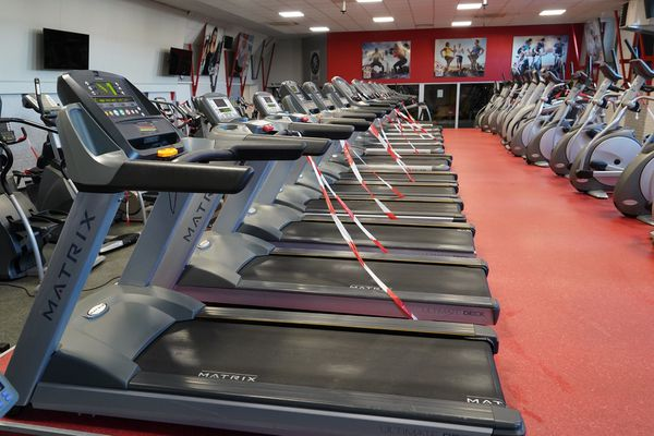 Les appareils à l'arrêt dans la salle du groupe Gymnase Fitness Club à Mulhouse