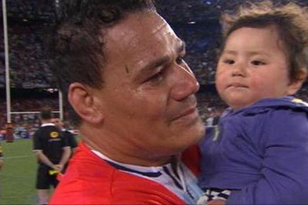 Le joueur du Racing 92 Chris Masoe en larmes avec dans ses bras la fille de Jerry Collins sur la pelouse du Camp Nou à Barcelone - 24 juin 2016