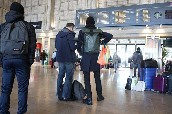 Des voyageurs en gare d'Amiens en janvier 2019 (photo d'illustration).