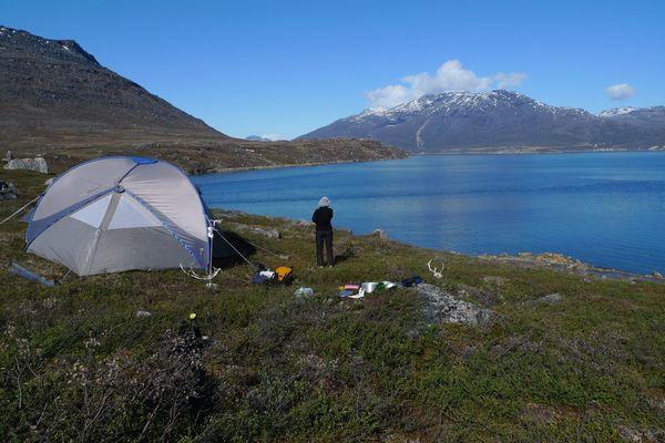 Campement au bord d'un lac groenlandais avant de le sonder.