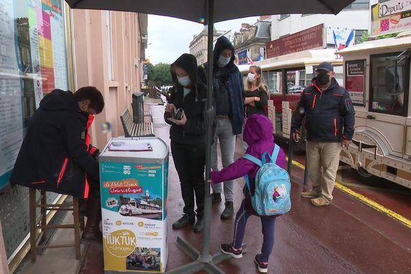 Des touristes au quartier de la cathédrale à Limoges pour profiter du petit train