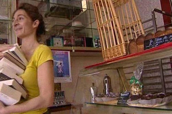 Mélina, la boulangère dijonnaise, propose à ses clients des livres en libre-service.