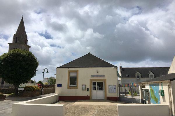 L'école maternelle et primaire de Bangor, à Belle-Ile-en-Mer, se situe à 22 mètres du clocher où une antenne-relais du groupe Free est en train d'être installée