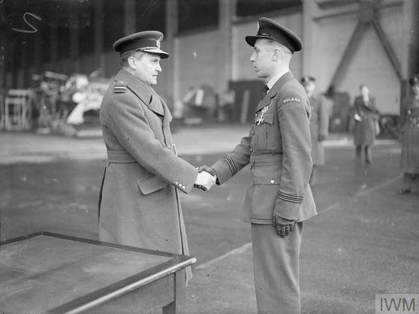 """Zdzislaw Henneberg salué par Sholto Douglas après la remise de sa """"Distinguish Flying Cross"""" (DFC), le 15 décembre 1940. Henneberg sera abattu par la """"Flak"""" allemande (défense anti-aérienne) au-dessus du Touquet le 12 avril 1941 et sera porté disparu dans la Manche."""