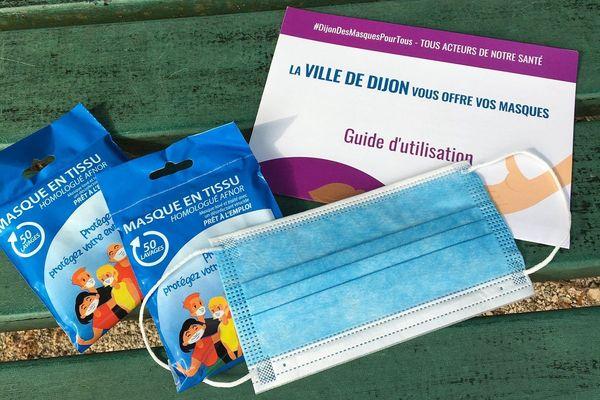 La ville de Dijon distribue des masques de protection contre le coronavirus à ses administrés à l'approche du déconfinement qui va bientôt débuter.