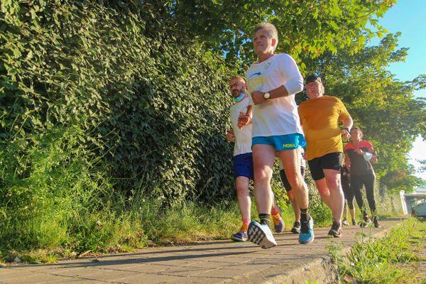 Pour ce nouvel exploit, le sportif est rejoint par des proches, des habitants, des élus le temps de courir à ses côtés quelques kilomètres, pour l'encourager dans son défi.
