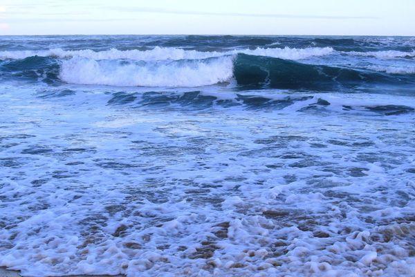 De trop fortes vagues ont empêché Maxence Parade d'atteiendre les côtes de la Sardaigne à la nage, samedi 28 juillet 2018.