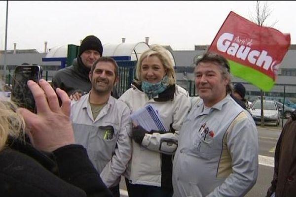 Marine Le Pen aux portières de l'usine PSA de Sochaux - le 22 janvier 2013