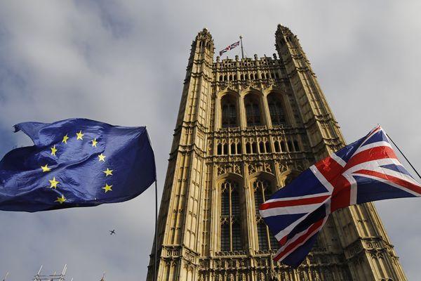 Des drapeaux européen et britannique devant les Chambres du Parlement, à Londres, le 17 octobre 2019 (image d'illustration).