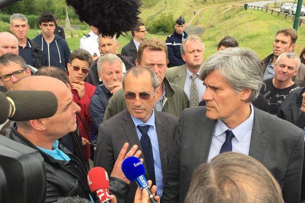 Stéphane Le Foll accueilli à Ploërmel (56) par quelques dizaines de producteurs de porcs