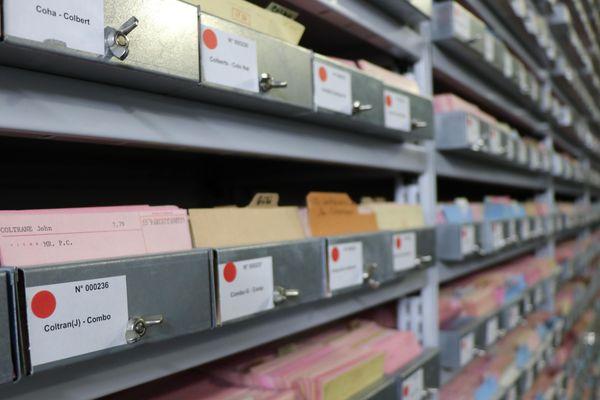 Avant l'arrivée du numérique, la collection de la Discothèque était inventoriée sur fiches par les documentalistes.