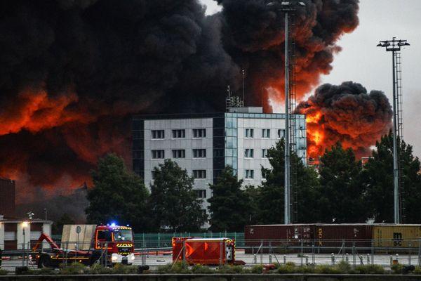 Rouen le 26 septembre 2019 - Les pompiers entre la Seine et l'incendie de l'usine chimique Lubrizol