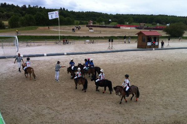 Lamotte Beuvron accueillat ce week end 2500 cavaliers venus pratiquer des disciplines telles que le Horse-Ball