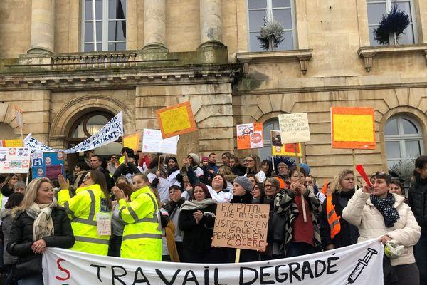 Plus de 400 salariés de l'hôpital de Falaise ont manifesté le 17 décembre pour dénoncer leurs mauvaises conditions de travail et la fermeture annoncée des cuisines de l'établissement.