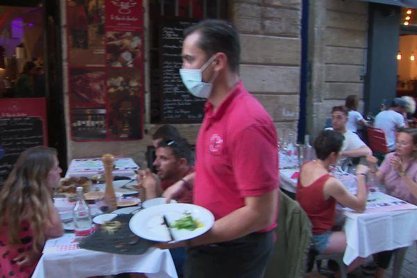 Mercredi 9 juin en soirée, en terrasse, à Bordeaux.
