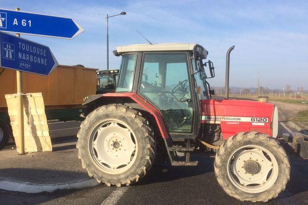 Depuis 9h, l'autoroute A 61 est fermée dans les deux sens entre Castelnaudary et Bram. Les agriculteurs obligent les automobilistes à passer par La Piège, secteur oublié, selon eux, de la carte des zones défavorisées.