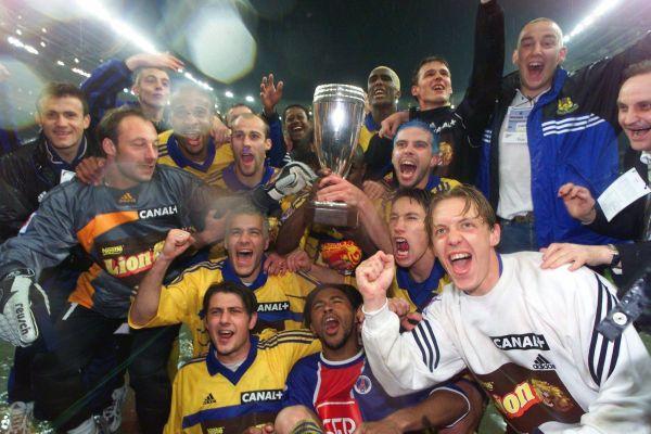 L'équipe du FC Gueugnon fête sa victoire en finale de la Coupe de la ligue de football face au PSG, le 22 avril 2000, au Stade de France à Saint-Denis.