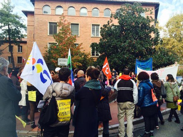 Les manifestants devant le rectorat