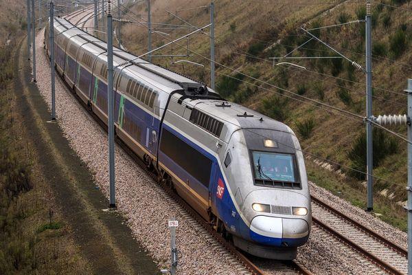 TGV sir la ligne grande vitesse entre Le Mans et Rennes