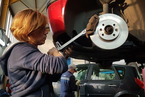 Avec aucune connaissance en mécanique, je vous ai prouvé que tout le monde peut entretenir et réparer sa voiture. Il faut juste avoir les bons outils et les bons conseils, c'est le cas avec l'association APIMA à Clermont-Ferrand.