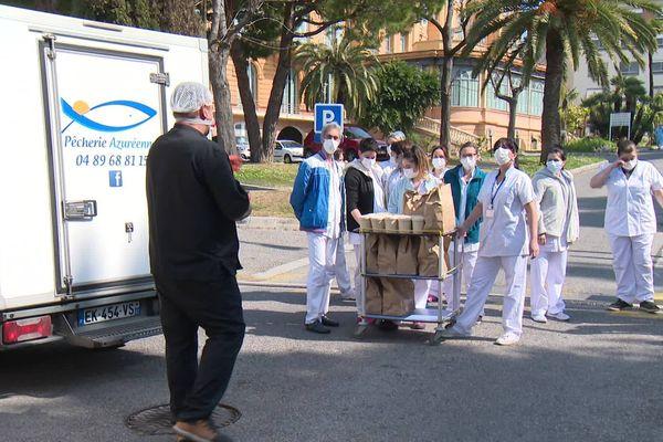 Pascal Valladon apporte des repas au personnel médical de l'hôpital Cimiez de Nice.