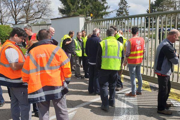 Les salariés de l'usine Punch rassemblés devant le siège de l'équipementier belge à Strasbourg.