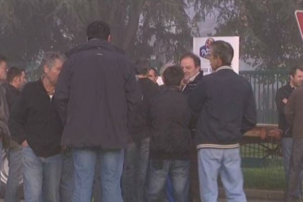 Les pruniculteurs bloquent l'entrée des camions de France Prune