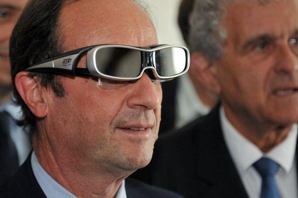 François Hollande, en juin 2011, alors candidat à la primaire socialiste en vue de l'élection présidentielle, avait-il vu le destin qui l'attendait dans ces lunettes 3D ?
