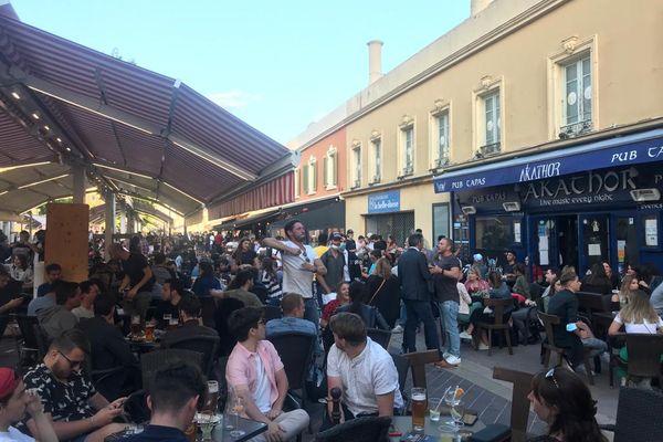 Nice, cours Saleya le 19 mai en soirée. Ouverture des bars et restaurants avec un service uniquement en terrasse.