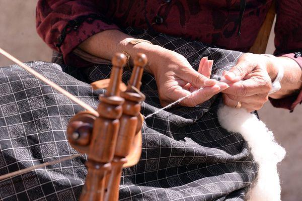 Les fileuses de laine sont de moins en moins nombreuses, elles font tout pour conserver ce savoir-faire ancestral.