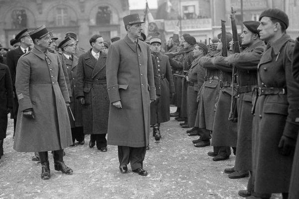 Le général Charles de Gaulle, accompagné de Michel Debré et de nombreux officiers passe en revue les troupes, le 15 janvier 1945, lors de son voyage à Nantes.