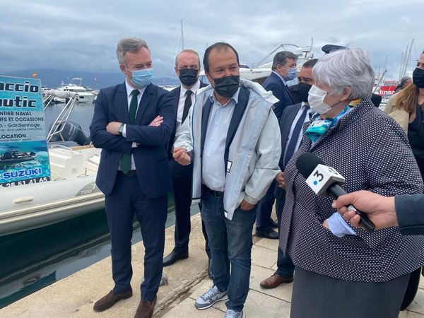 Le directeur du port de plaisance Charles Ornano, à Ajaccio, entouré du secrétaire d'Etat en charge du tourisme, Jean-Baptiste Lemoyne, et de la ministre de la Cohésion des territoires, Jacqueline Gourault.