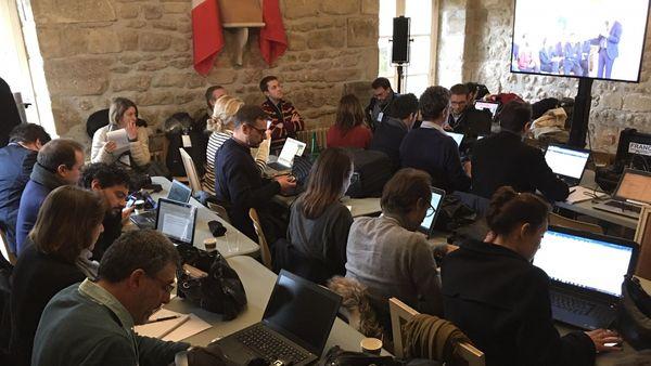 Une cinquantaine de journalistes suivent l'échange entre Macron et les éus de Saône-et-Loire dans la salle de presse installée dans la sous-préfecture d'Autun.
