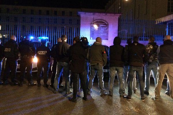 Policiers en uniforme et en civil rassemblés hier soir devant l'hôtel de police à Angoulême.