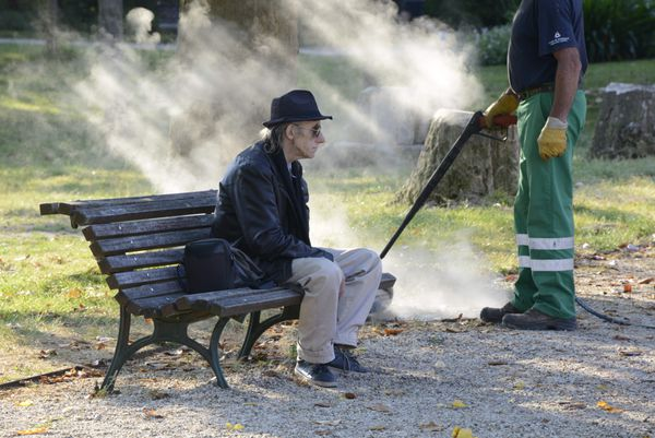 La vapeur chasse les mauvaises herbes mais n'effraie pas les habitués avec zéro produit phyto-sanitaire.