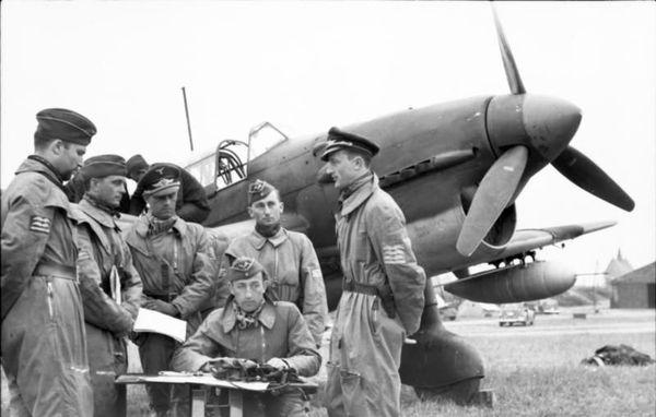 """Des pilotes allemands de Junkers Ju 87 """"Stuka"""" lors d'un briefing près d'Arras, en mai 1940."""