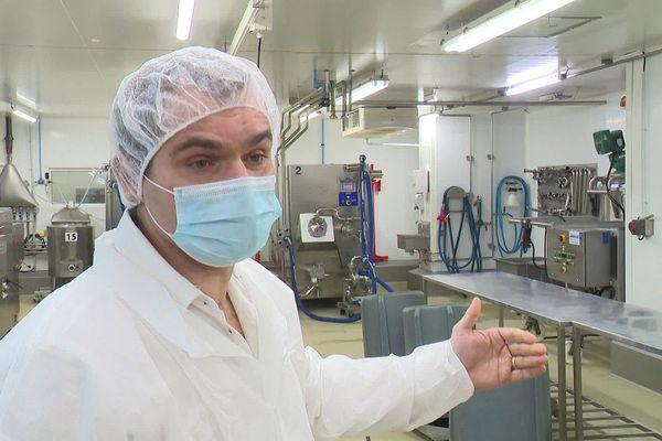 Le directeur de la production de la Compagnie des desserts seul en son palais des glaces.