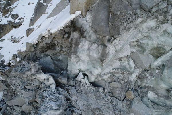 Vue de la partie haute de la cicatrice de l'écroulement dans laquelle apparaît la glace prélevée