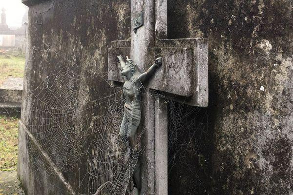 Plusieurs crucifix ont été volés au cimetière de Lézignan-Corbières. Archives