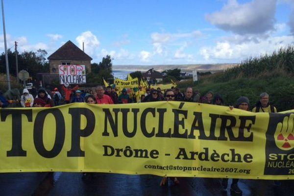 Plusieurs collectifs anti-nucléaire sont dans le cortège, venus d'un peu partout