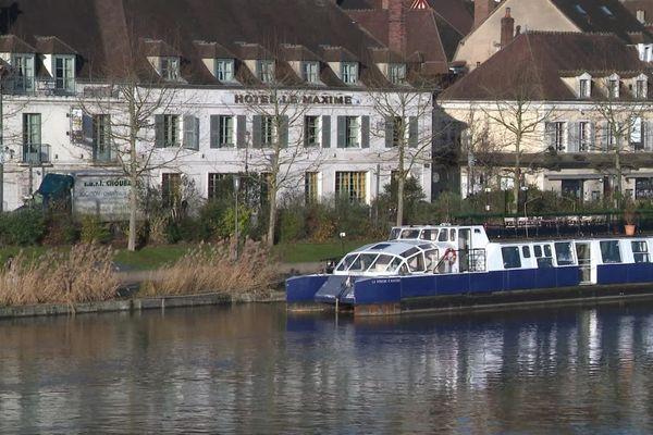 L'hôtel Le Maxime est situé quai de la Marine, sur les bords de l'Yonne, à Auxerre.