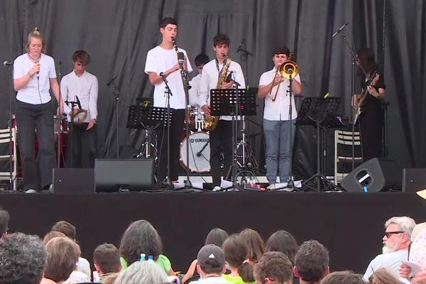 Les élèves travaillent leur instrument en cours 4 à 6 heures par semaine, ils acquièrent une aisance qui se voit sur scène.