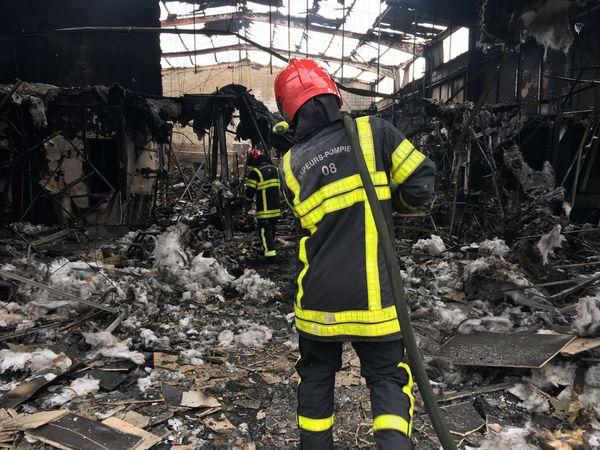 Les pompiers encore au travail pour sécuriser le hangar.