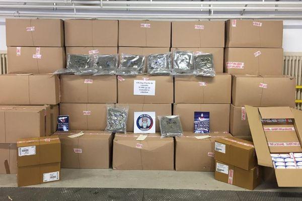 Au total, 44 cartons contenant sachets d'herbe de cannabis et huit cartons con tenant des boîtes de médicaments ont été saisis par les douaniers de Dijon dans un camion contrôlé sur une aire de repos de l'autoroute A31 le 14 mai 2020.