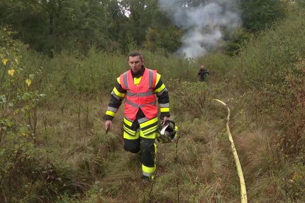 En fin de matinée, les débris du crash étaient encore en feu.
