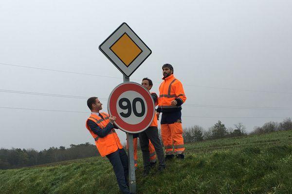 Nicolas Lacroix (LR) déterminé à revenir aux 90 km/h, le 9 janvier 2020 participe à la pose des nouveaux panneaux.
