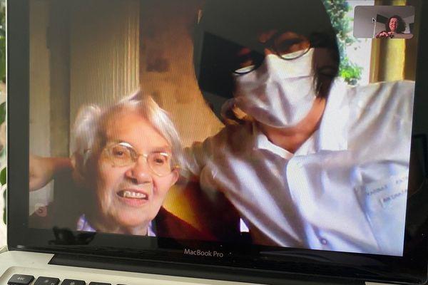 Odette, 88 ans, en compagnie de Patricia Varnat est ravie de pouvoir communiquer par Skype