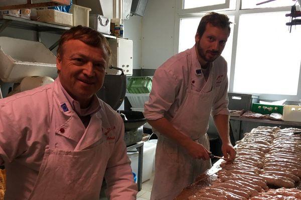 Patrick Maury dans son atelier où il prépare plusieurs centaines d'andouillettes chaque jour.